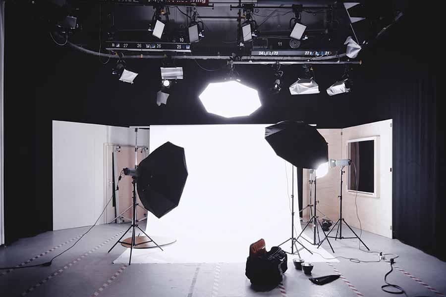 Los reflectores, paraguas, difusores, pantallas, conos, cajas de luz, etc. son instrumentos que ayudan al fotógrafo a controlar la iluminación en el estudio fotográfico