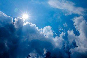 La iluminación natural del sol en las horas centrales del día produce colores muy vivos en las fotografías, pero también imágenes planas y sin relieve