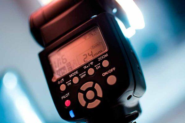 El flash portátil es el sistema de iluminación más utilizado por los fotógrafos por su comodidad y versatilidad.