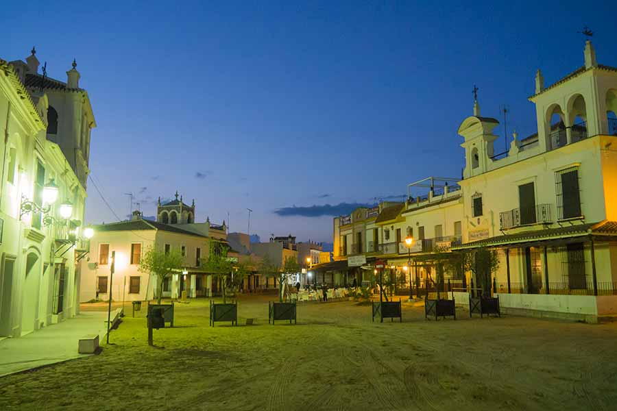 Plaza iluminada con luces de vapor de mercurio