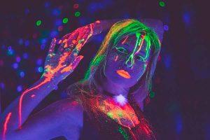 Las fotografías iluminadas con luces fluorescentes pueden mostrar tonalidades muy variadas y a veces irreales que pueden ser complicadas de corregir