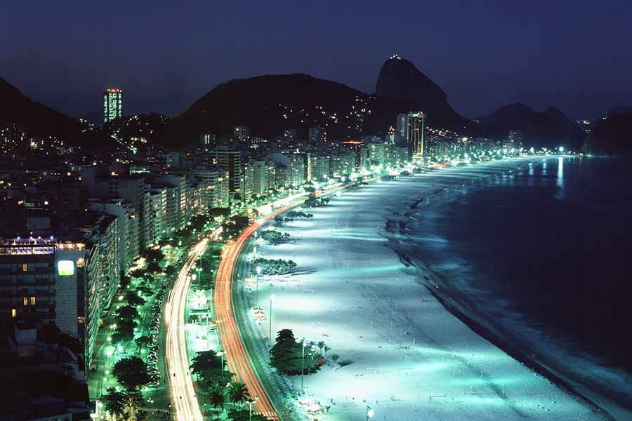 Paisaje urbano iluminado con diferentes luces artificiales, entre ellas, lámparas fluorescentes
