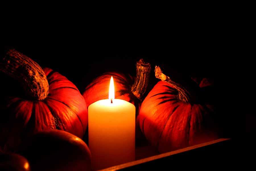Fotografía de un bodegón iluminado por la llama de una vela
