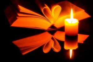 El fuego ilumina las fotografías con una luz muy anaranjada que tiñe las imágenes con un ambiente cálido e íntimo