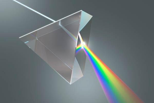 Difracción de la luz. Al atravesar un prisma, la luz blanca se descompone en sus colores: rojo, naranja, amarillo, azul y violeta