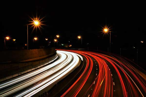 Estelas de luz durante la noche